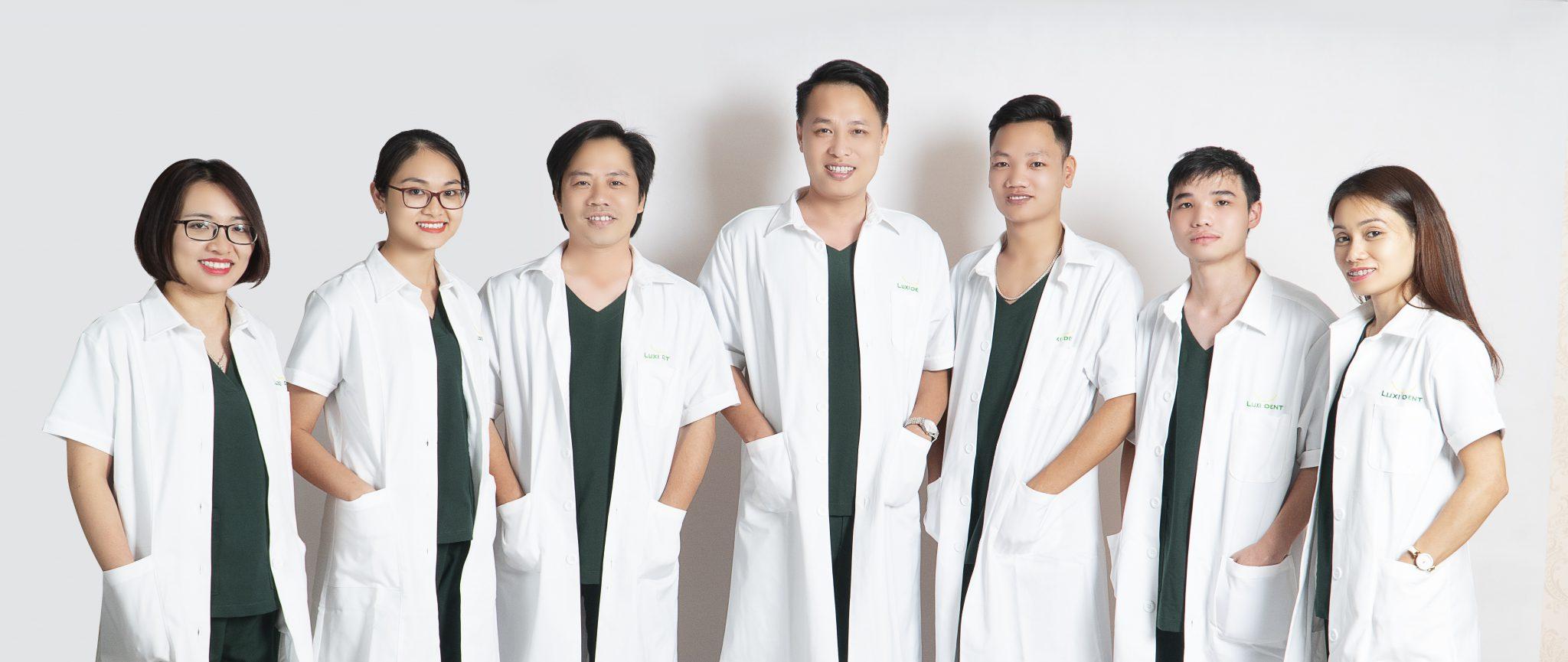 bác sĩ trồng răng implant