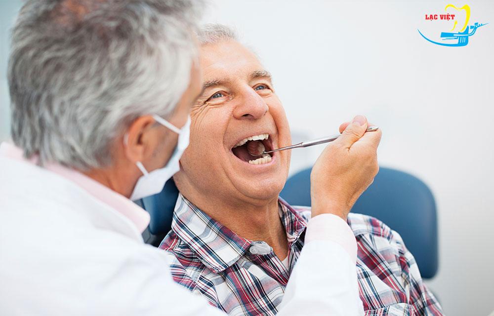 Bước 1 trong quy trình trồng răng implant: Kiểm tra và đánh giá tổng quan tình trạng răng miệng